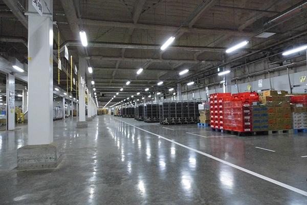 倉庫やバックヤードで活躍する頑丈で大容量な業務用ハンガーラック